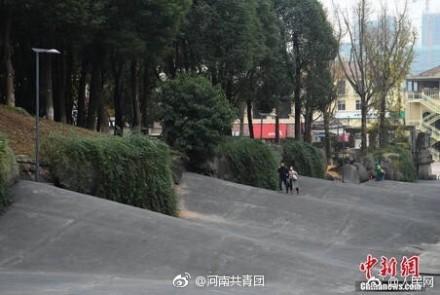 """又魔幻了!重庆高校惊现""""波浪路"""""""