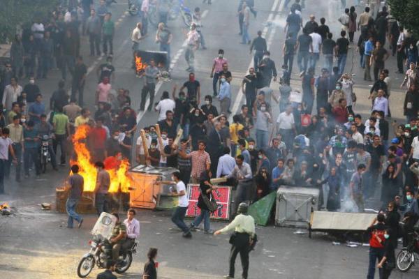 彩票种类齐全外媒:伊朗一示威者在抗议活动中向警方开枪,致警察1死3伤