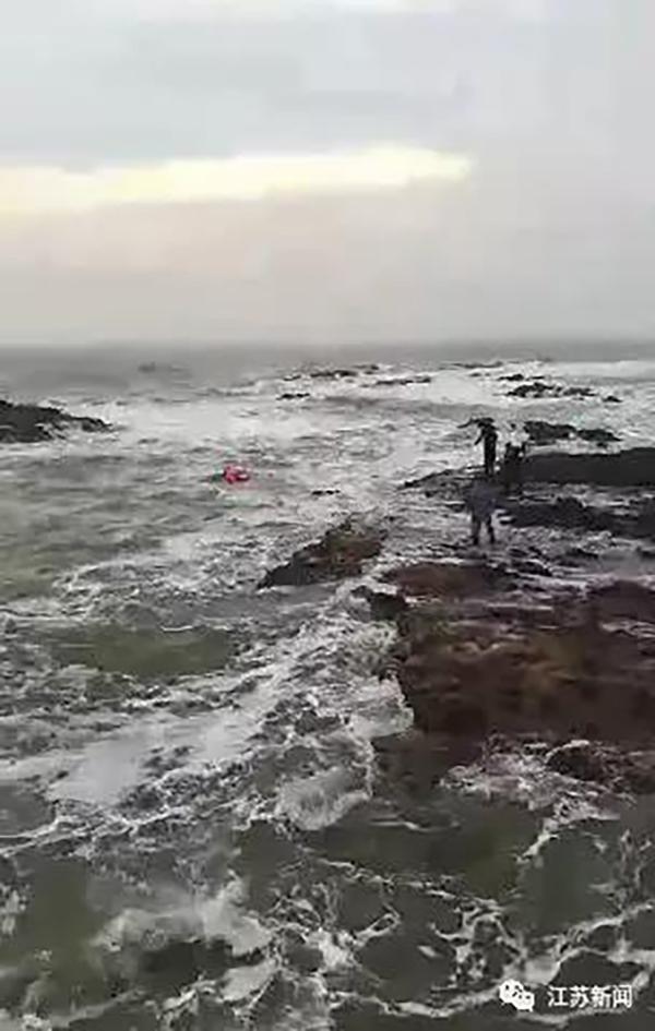 暖闻|两游客因涨潮被困礁石,海军军官跳入刺骨海水营救