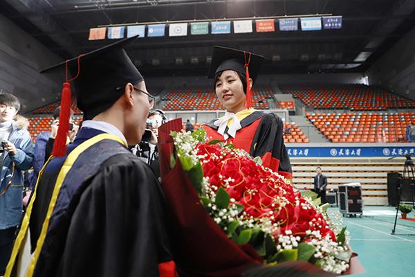天津大学研究生毕业典礼男生向同门女友求婚 校长送祝福
