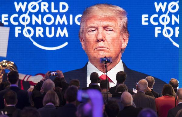 当地时间2018年1月25日上午,特朗普抵达瑞士达沃斯,他首次以美国