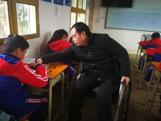 博彩网论坛28岁乡村教师坐轮椅坚守讲台:村里娃需要有人去点亮未来