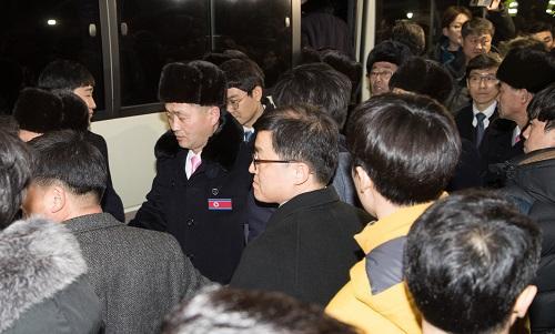 平昌冬奥|朝鲜艺术团乘邮轮抵韩,韩方破例放行护卫舰导航