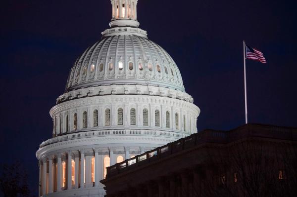 """美参议院达成预算协议避免政府""""关门"""",但将扩大联邦赤字"""