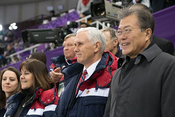 美副总统结束访韩回国,临行前听文在寅介绍朝韩会谈细节【俄警察打美国特工】