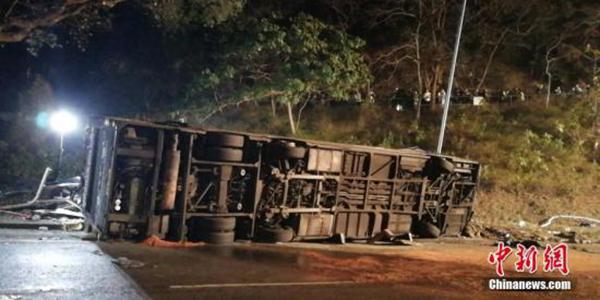 港府为巴士侧翻事故降半旗致哀,肇事司机被控危险驾驶今受审