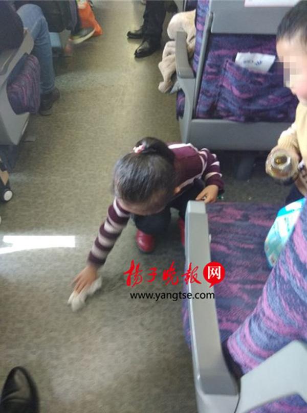 cc首页南京5岁女孩主动擦净被弟弟弄撒在车厢的饮料,香港惠泽社群综合资料官网,引同行者点赞