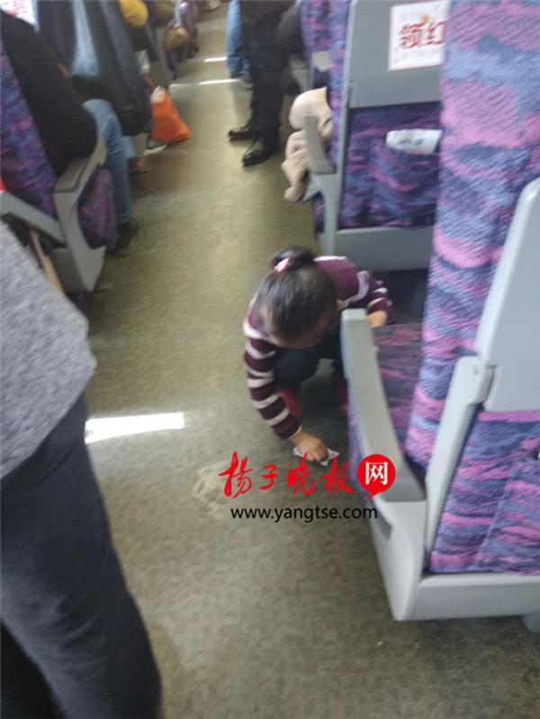 cc首页南京5岁女孩主动擦净被弟弟弄撒在车厢的饮料,引同行者点赞