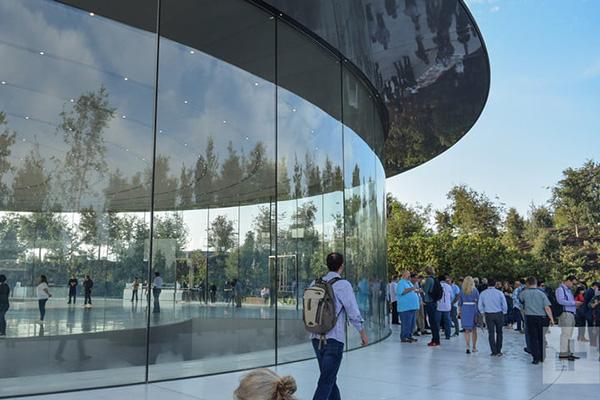 """苹果公司新总部大楼遭遇""""玻璃门"""":多名员工误撞玻璃门受伤"""