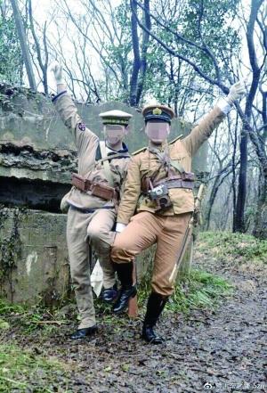 两男子在南京紫金山抗战碉堡前穿日军制服合影,警方介入