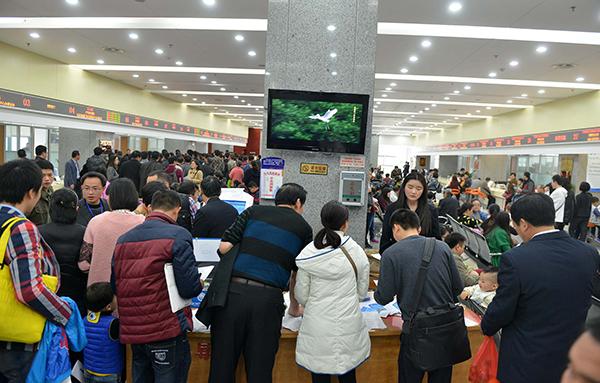 视觉中国 资料图-发改委 2018年超大特大城市要探索租房常住人口落户