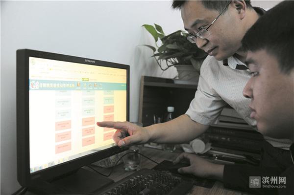 山东邹平青阳镇创始虚拟场景检讨党性党员戴VR眼镜等答题