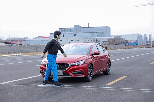 国内模拟真实路况首测体验:自动驾驶车遇行人乱穿马路怎么办