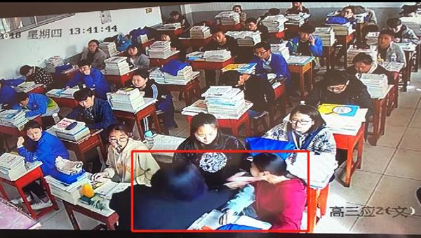 山西一女子闯教室殴打女学生 校方未报警称:事情不严重