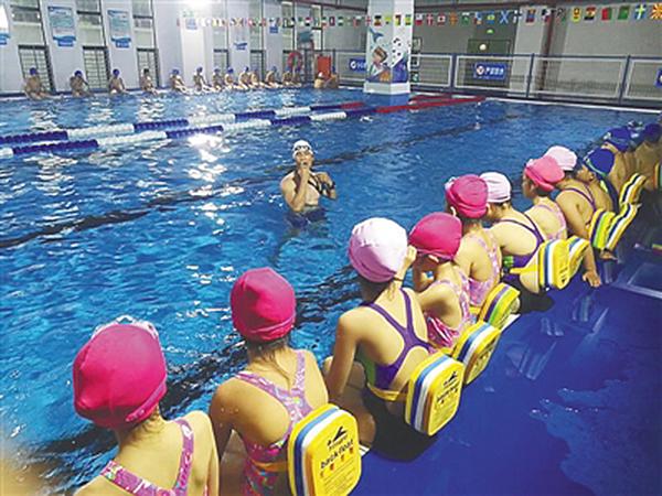 海南9万余名中小学生参加游泳培训,体育老师要会游泳懂救生