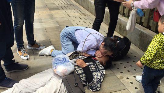 雪山脚下的急救:云南丽江游客突发晕倒,温州90后女医生及时抢救