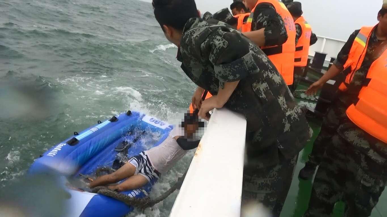 辽宁海警紧急夜航,救起海上漂近17小时的3名皮划艇游客