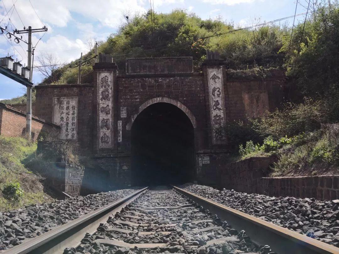 当年每修建一公里牺牲50人,祖孙扎根凉山接力挖隧道