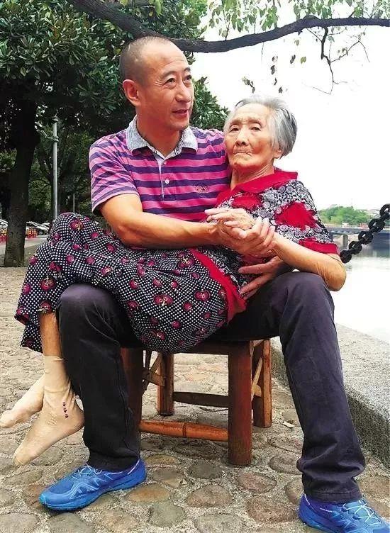 当�:,,_暖哭!她给65岁的父亲买了个棒棒糖,当父母老成了.