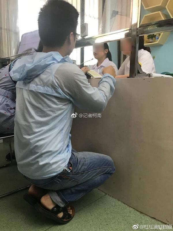 """合肥包河区整改""""孙连城式""""半蹲窗口:增加座椅,拆除玻璃板图片"""
