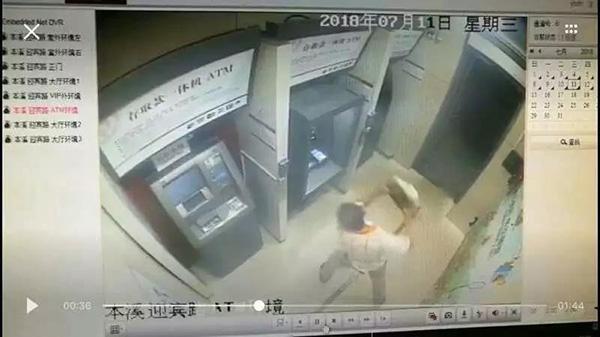 本溪一男子取钱被吞卡,搬石头怒砸ATM:想叫醒里面的人