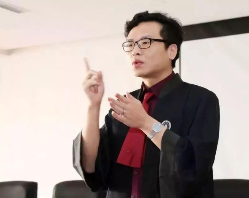 手语律师 一个聋人在视频里打手语