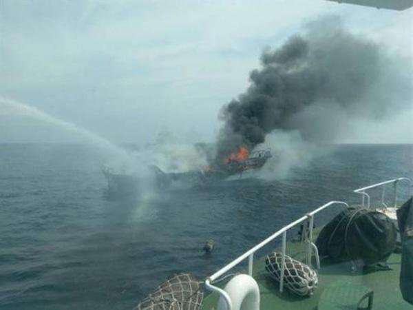 台湾花莲赏鲸船大火 邻近船舶搭救46名旅客逃生