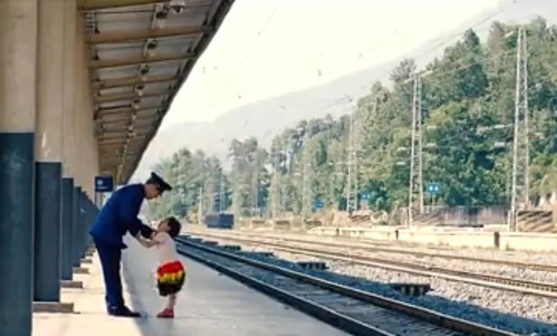 彝族女孩立志成为列车员,长大后圆梦坚守大凉