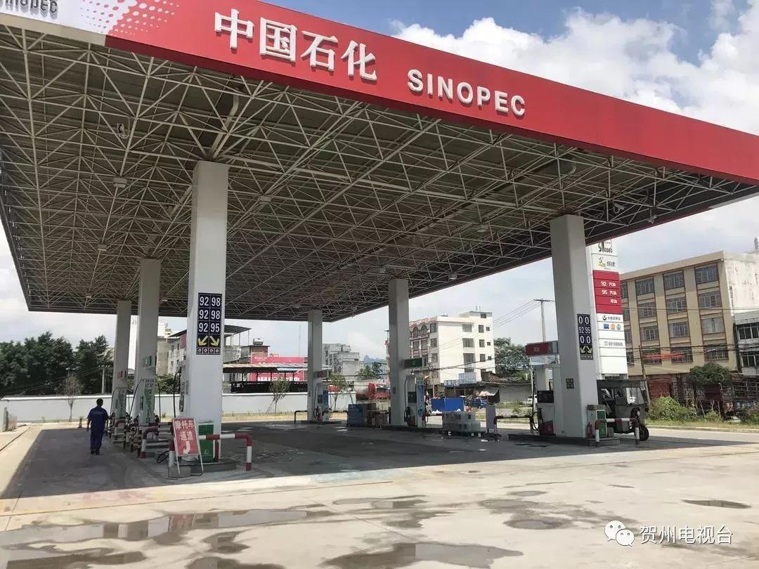 广西贺州一加油站内车辆自燃,加油员30秒惊险灭火_城市_中原网视台