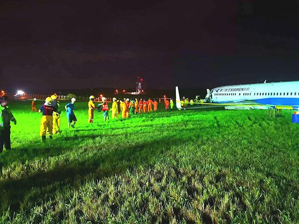 厦航客机马尼拉机场滑出跑道133个航班取消,大量旅客滞留