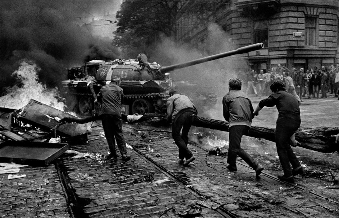 50年前,这组记录捷克人抵抗入侵的照片,奇迹般幸存